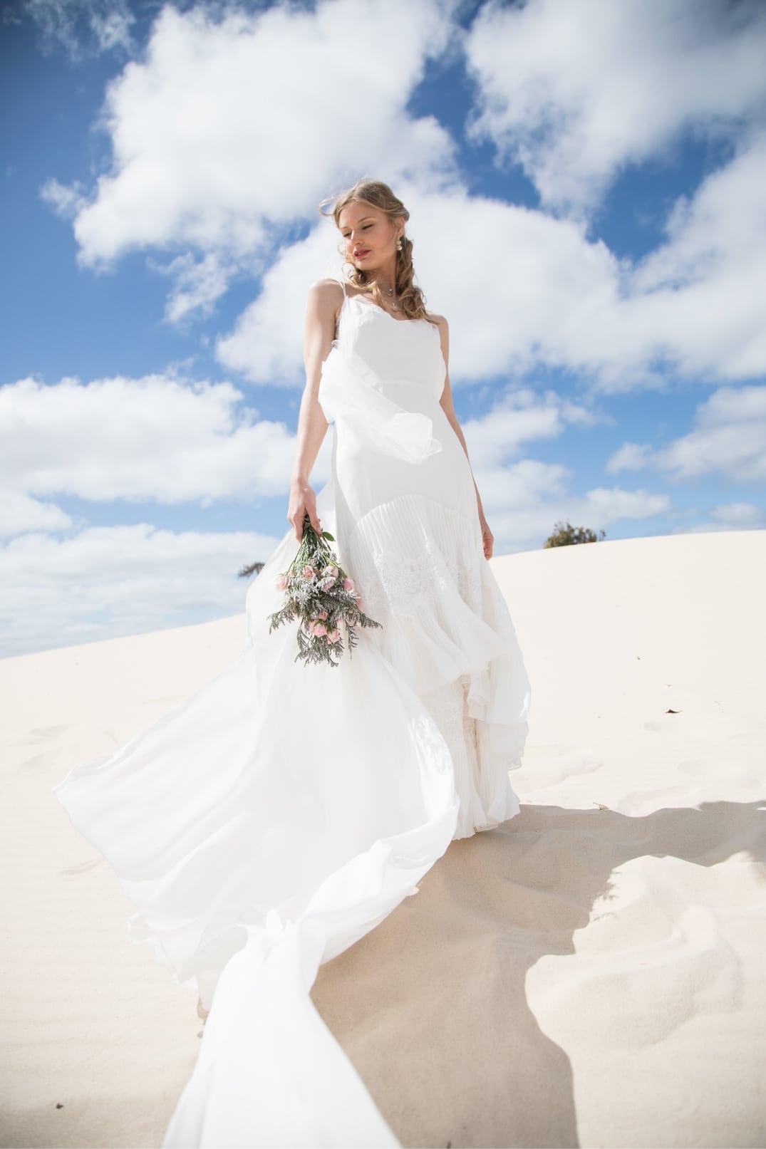 vestidos de novia con los pies en la arena