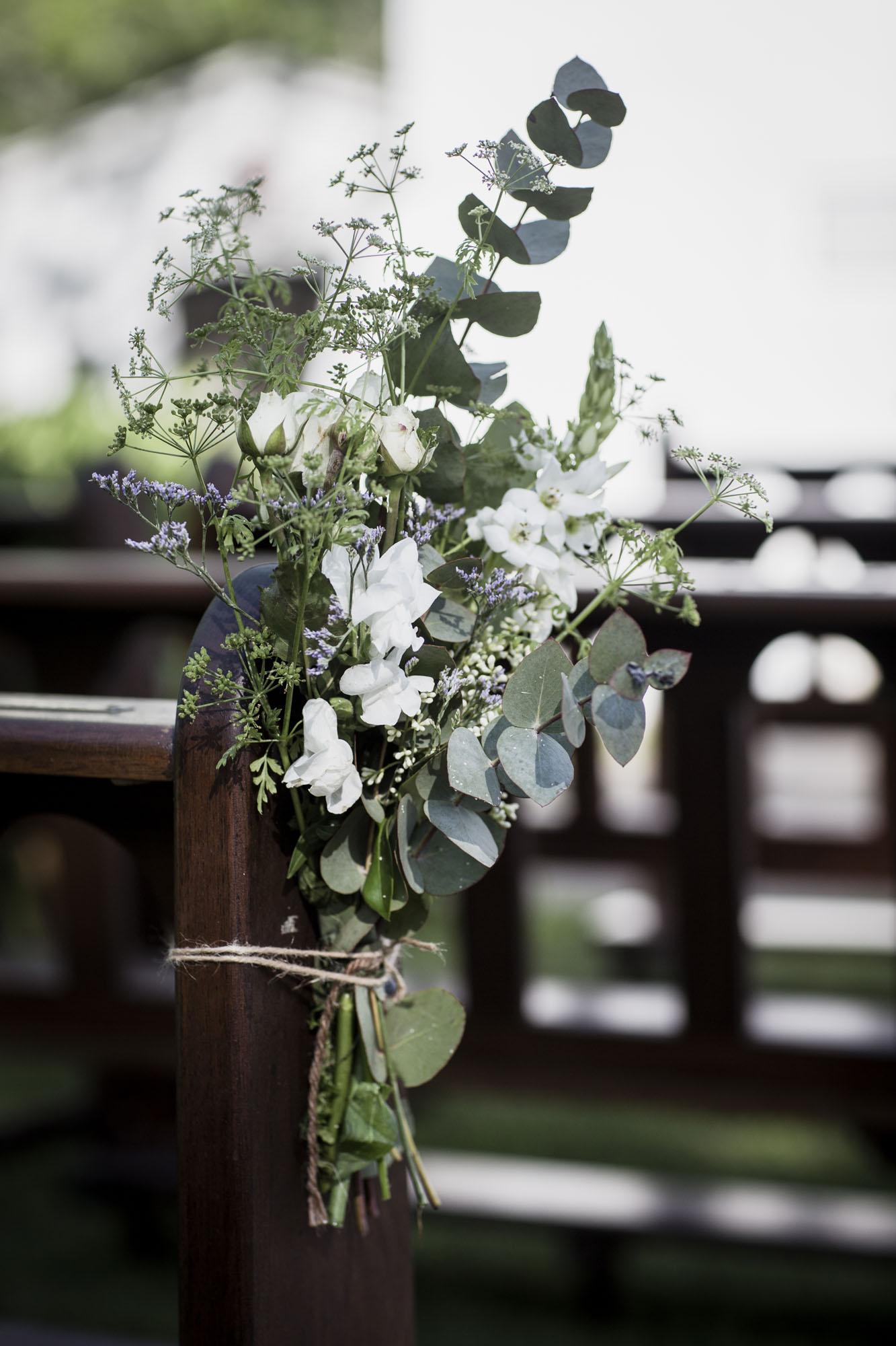 banco de iglesia decorado para casamiento